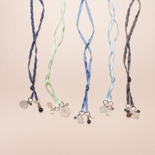 LUMISHA Satinband Blau mit Anhänger-Mix